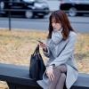 公園で座る女性