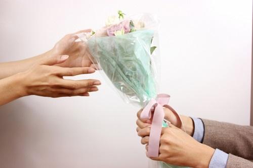 花をプレゼントする様子